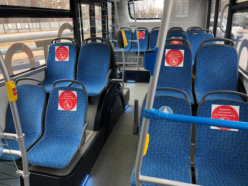 Специальные наклейки в автобусах и трамваях предупредят о необходимости соблюдать социальную дистанцию